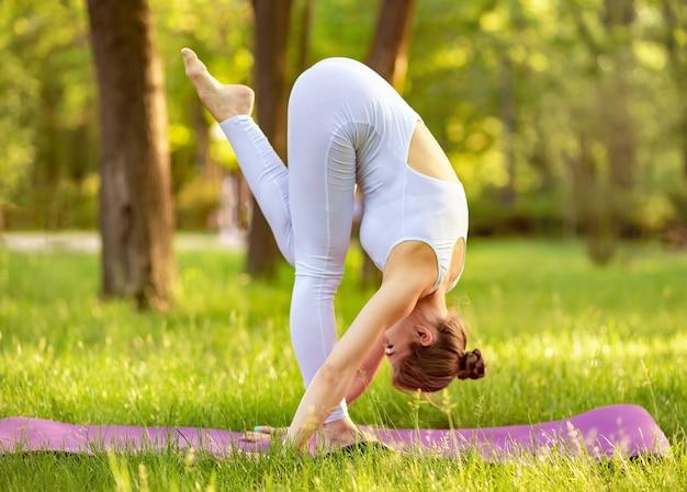 ヨガを練習している大人の女性ヨガマットで女性のトレーニング