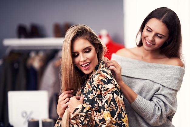 秋の都心で服を買う大人の女性