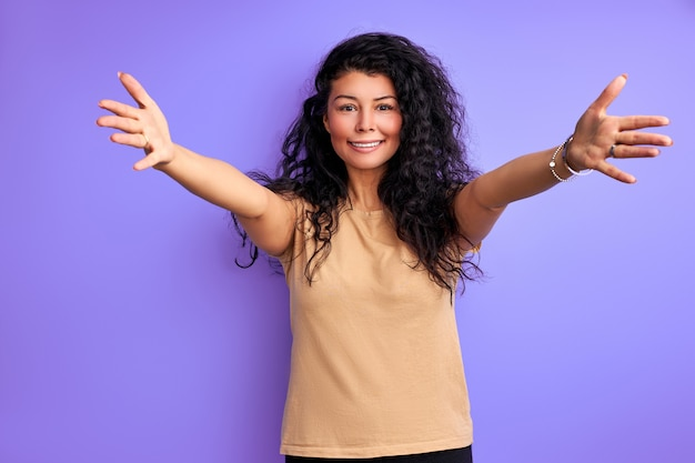 성인 여성, 팔을 확산, 포옹, 보라색 벽에 고립 웃는 모습