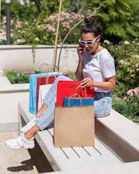 Donna adulta prendendo una pausa dopo lo shopping