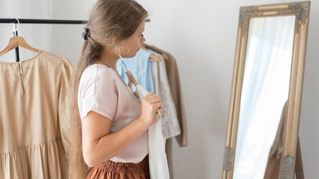 新しい服を試す大人の女性