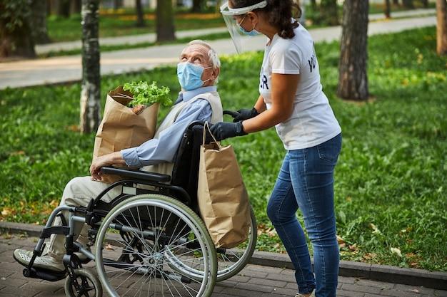 공원에서 노인과 함께 걷는 성인 여성