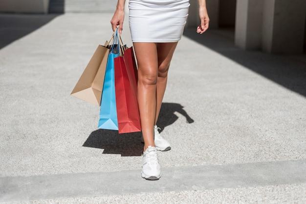 買い物袋と一緒に歩いている大人の女性