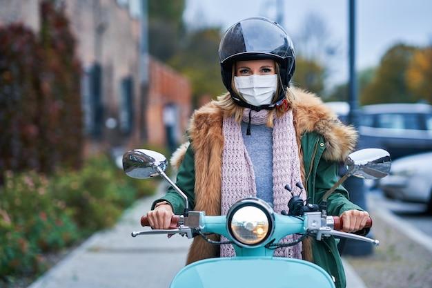 Взрослая женщина в масках и ездит на скутере