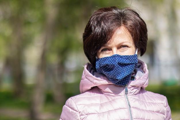 보호 마스크를 착용하는 성인 여자