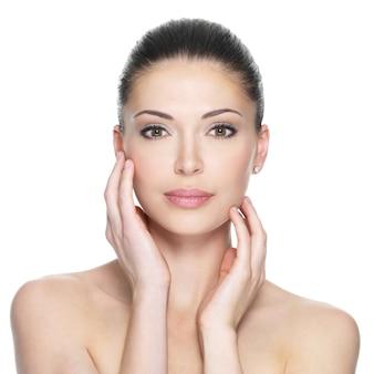 Взрослая женщина с красивым лицом - изолированные на белом. концепция ухода за кожей.