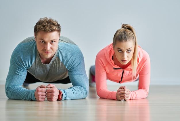 Взрослая женщина со своим личным тренером по фитнесу