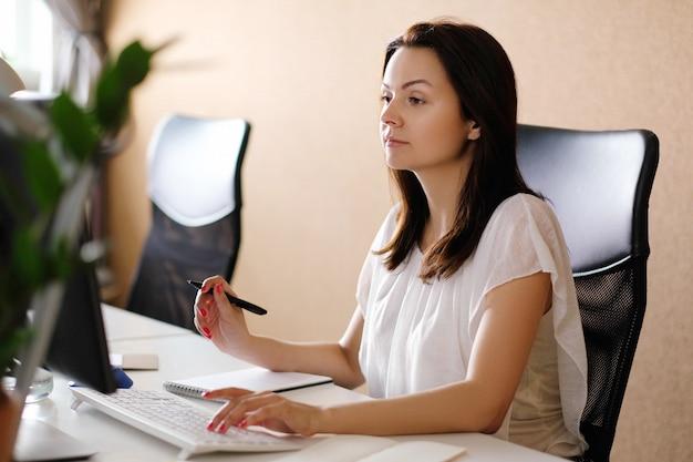 オフィスで働く大人の女性