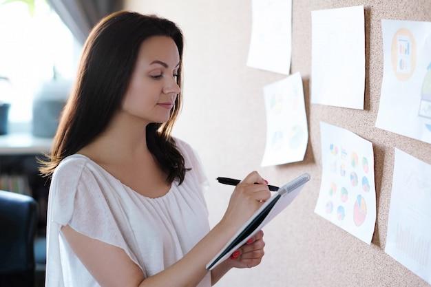Взрослая женщина, работающая в офисе