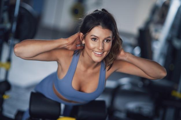 체육관에서 운동을하는 성인 여자