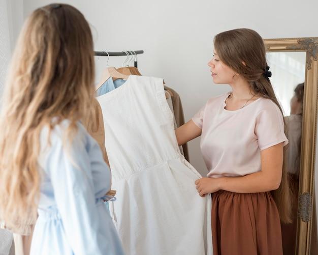 Взрослые женщины вместе проверяют покупки
