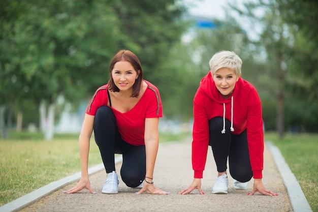 公園でジョギングの準備をしているスポーツウェアの大人の女性