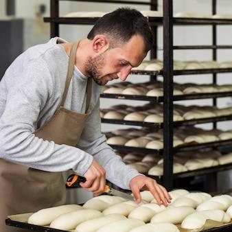 おいしい焼きたてのパンに取り組んでいる大人