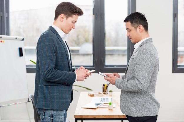 Giovani adulti che lavorano insieme all'ufficio