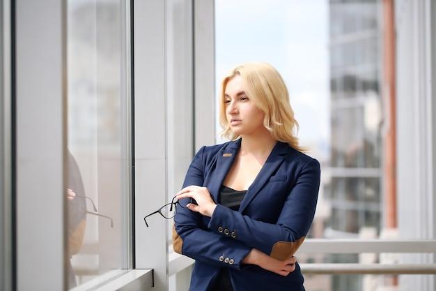彼女のオフィスで働く大人の若いきれいなビジネスウーマン。彼女はとても忙しくて暑いです。