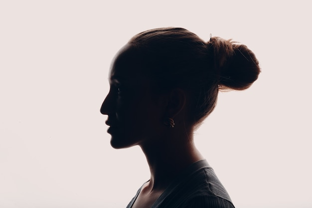 Портрет темный силуэт взрослой молодой женщины в студии