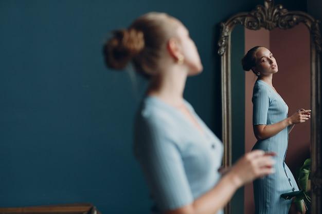 Портрет улыбки взрослой молодой женщины в зеркале студии