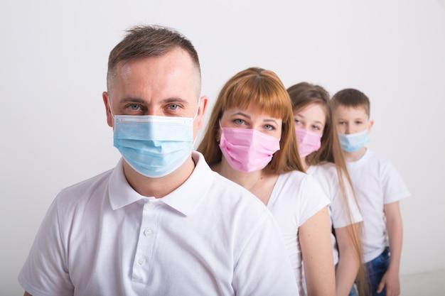 성인과 어린이는 의료용 마스크를 사용합니다.