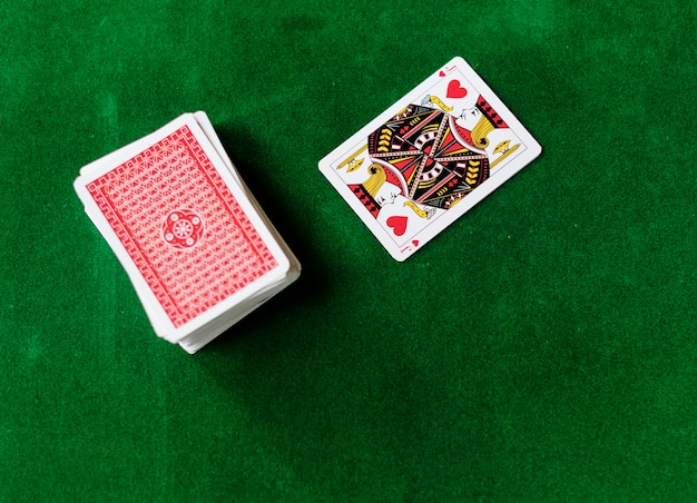 Взрослые, общающиеся и играющие в карты