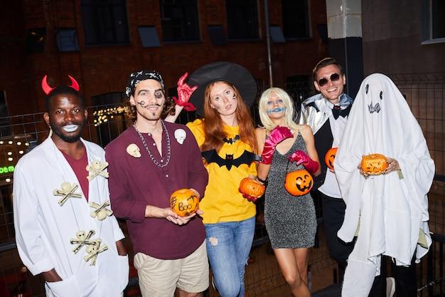 Взрослые в костюмах хэллоуина в ночном клубе