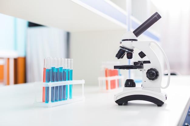 Продвинутый микроскоп. черно-белый металлический микроскоп, стоящий на поверхности и ожидающий образцов