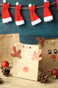 Рождественские подарки календаря и рождественские аксессуары на деревянном столе.