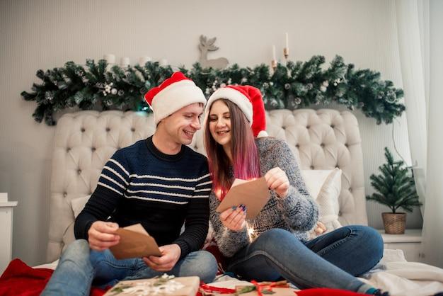 Адвент-календарь в руках девушки, сюрприз в коробке, новогодние подарки.