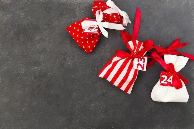 お菓子の入った小さな袋が入ったアドベントカレンダー