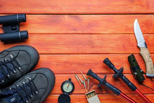 冒険の背景の概念。バックパッカー、ハイキング、山への旅行のためのアイテム Premium写真