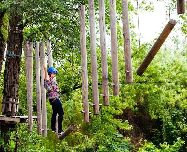 アドベンチャークライミングハイワイヤパーク-女性の登山用ヘルメットと安全装備