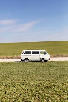 Concetto di avventura con furgone