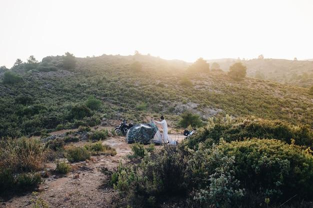 야생에서 캠핑하는 모험 오토바이
