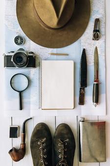 コピースペース付きの帽子とブーツを含む冒険計画フラットレイ