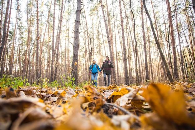 모험, 여행, 관광, 하이킹 및 사람들이 개념-가을 자연에 배낭과 함께 산책 웃는 커플.