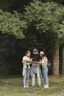 Avventura, viaggi, turismo, escursione e concetto di persone. coppia in una foresta.