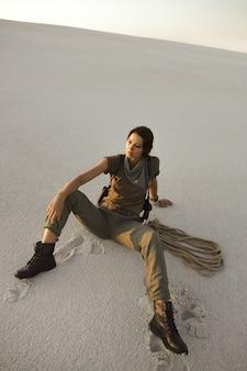 ロープを持った冒険家トレジャーハンター。武器が座っている残忍な危険な少女