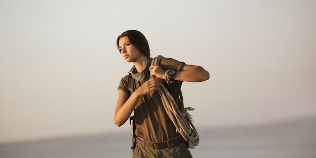 ロープを持った冒険家トレジャーハンター。武器が立っている残忍な危険な少女