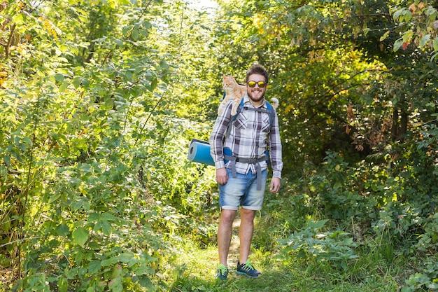 冒険、夏の観光、自然のコンセプト-猫と一緒にキャンプに到着する観光客。