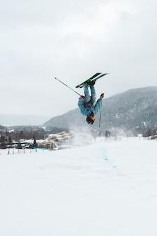 Uomo avventuroso sciare in inverno