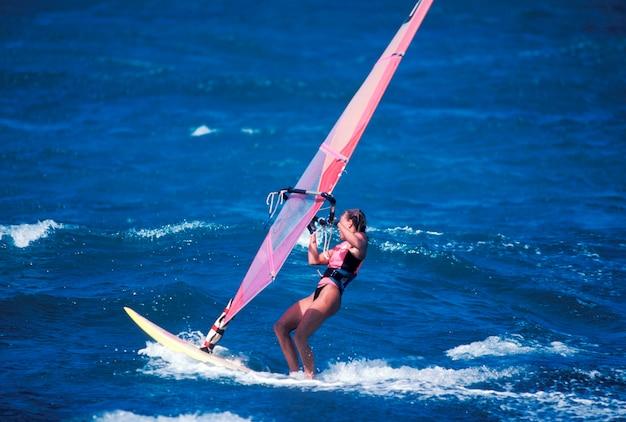 바다에서 모험적인 윈드 윈드 서핑