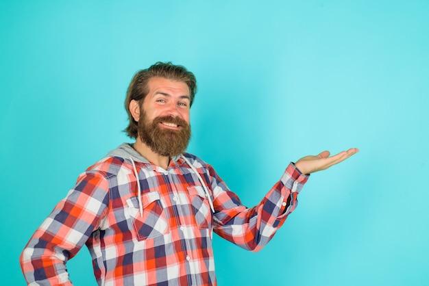 Реклама реклама скидка продажа улыбающийся бородатый мужчина показывает что-то рекламное содержимое