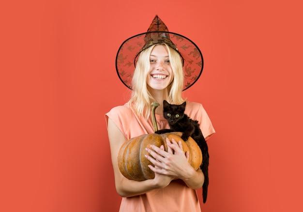 Рекламная концепция хэллоуина с изолированной девушкой, наклейки, ведьма с тыквой и черной кошкой, хэллоуин ...