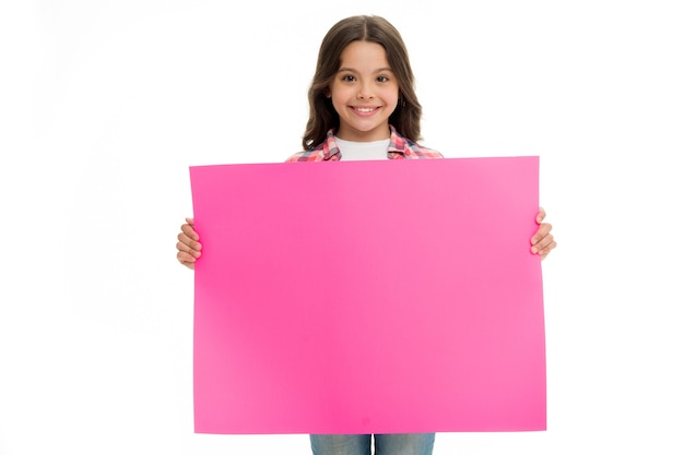 広告。少女は広告のために紙を持っています。コピースペースの場所を持つ広告の子。広告と製品コンセプトの提示。ここに広告を出します。
