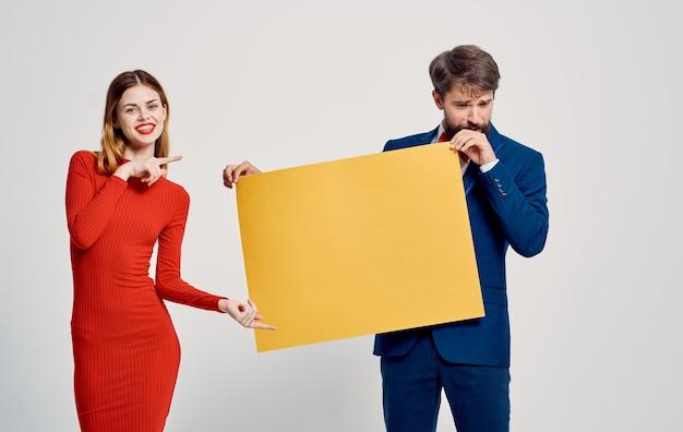 Рекламный макет плаката мужчина и женщина светлый фон