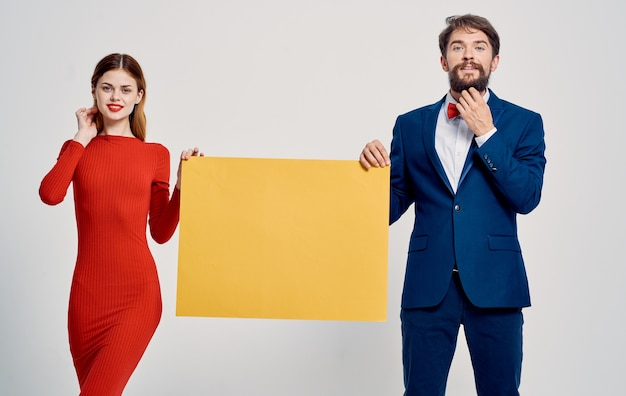 広告の男性と女性のポスターのモックアップ光の背景
