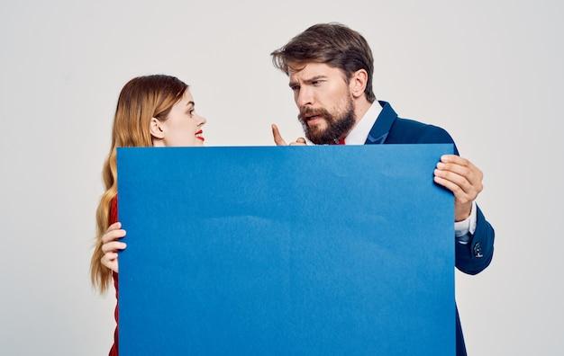 広告の男性と女性のポスター