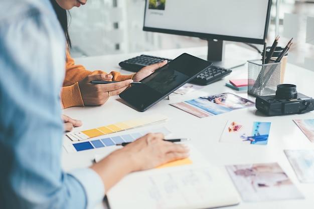 사무실에서 아이디어를 논의하는 광고 대행사 디자이너 창의적인 시작 팀.
