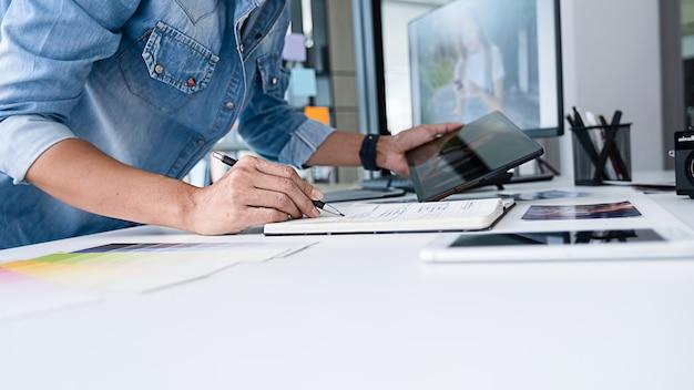 オフィスでアイデアを話し合う広告代理店デザイナーのクリエイティブスタートアップチーム。
