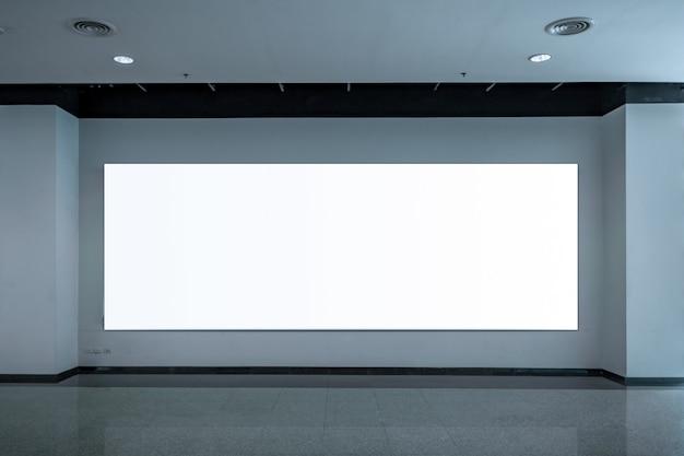 壁に広告バナー
