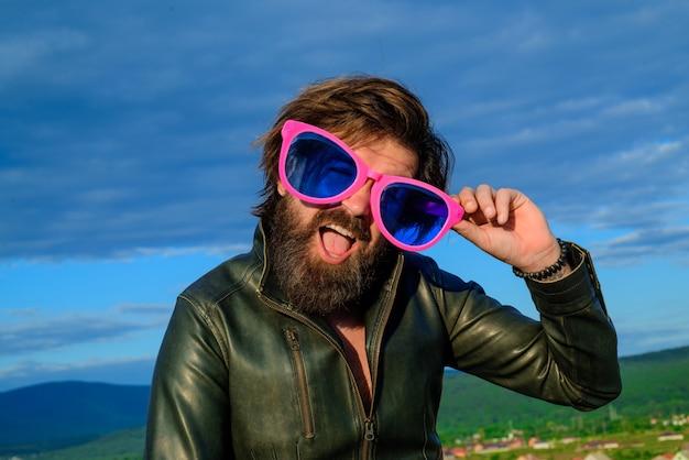 広告。屋外の大きな眼鏡でひげを生やした男。追加。販売と割引。シーズンセール。大きな眼鏡の面白い男。屋外。